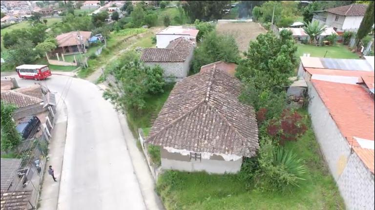 Amplia Propiedad 1750 m2 de Terreno con Casa de Bahereque en Gualaceo sector Piramide