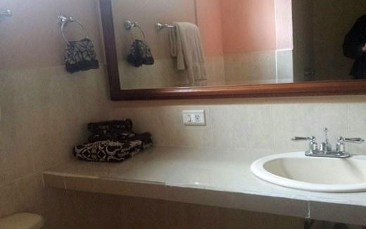 Ground Floor 3 bedroom Condo in Garden Gated Community: Se Alquila Condominio en la Montaña en Cotacachi