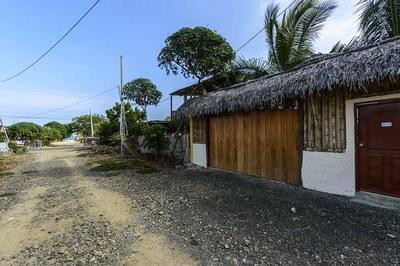 Beach-House-Peter-Front-Driveway-1200.jpg