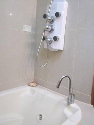 jacuzzi tub in master bath.jpg