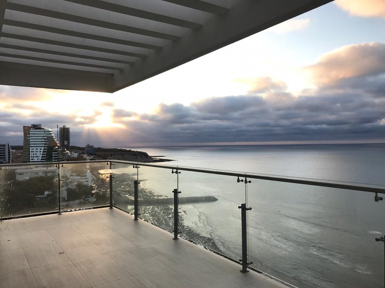 Luxury Penthouse frente al mar: Near the Coast and Oceanfront Property For Sale in Manta
